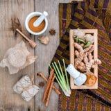 Boule de fines herbes de compresse d'ingrédients naturels de station thermale et Ingredi de fines herbes Image libre de droits