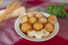 Boule de fromage et boule de viande séchée au soleil Photos libres de droits