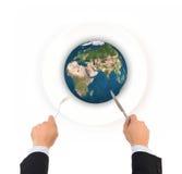 Boule de globe du monde avec la fourchette et couteau, éléments de cette fourrure d'image Image libre de droits