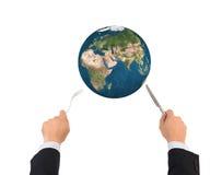 Boule de globe du monde avec la fourchette et couteau d'isolement, éléments de ceci Photos libres de droits