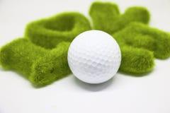 Boule de golf avec la lettre d'amour sur le fond blanc Image libre de droits