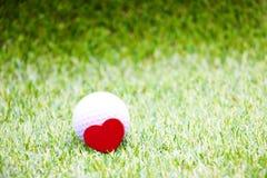 Boule de golf avec le coeur rouge Photos libres de droits
