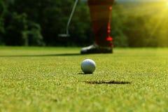 boule de golf dans le terrain de golf image libre de droits
