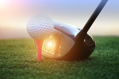 Boule de golf et club de golf dans le beau terrain de golf de l'Asie au fond de coucher du soleil image stock