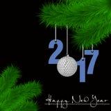 Boule de golf et 2017 sur une branche d'arbre de Noël Images stock
