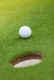 Boule de golf sur la pelouse verte Photos libres de droits