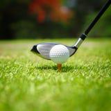 Boule de golf sur la pièce en t images libres de droits