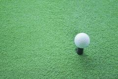 Boule de golf sur la pièce en t prête à être tiré à un drivingrange images libres de droits