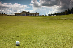 Boule de golf sur le cours Photographie stock libre de droits