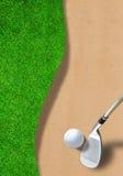 Boule de golf sur le dessableur avec l'espace de club et de copie Photographie stock libre de droits