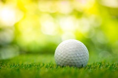 Boule de golf sur le fairway Photos stock