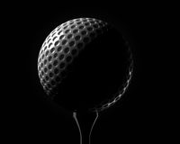 Boule de golf sur le plan rapproché de pièce en t Photo stock