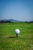 Boule de golf sur le secteur piquant avec l'herbe verte en avant et les montagnes dedans Images libres de droits