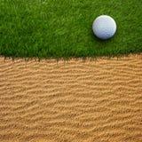 Boule de golf sur le vert Photos stock