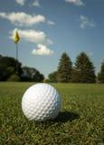 Boule de golf sur le vert image stock