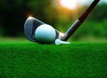 Boule de golf sur une pièce en t blanche dans une pelouse verte dans un match de golf image libre de droits