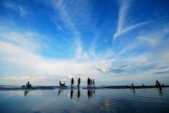 Boule de jeu sur la plage photos libres de droits