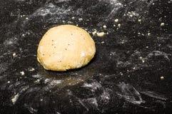 Boule de la pâte prête à former Photos stock