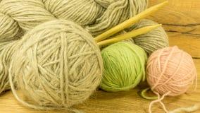 Boule de laine avec des aiguilles de tricotage Photos stock