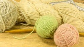 Boule de laine avec des aiguilles de tricotage Image libre de droits