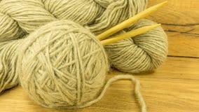 Boule de laine avec des aiguilles de tricotage Images libres de droits