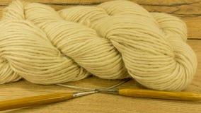 Boule de laine avec des aiguilles de tricotage Images stock