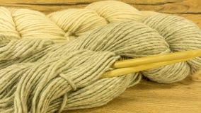 Boule de laine avec des aiguilles de tricotage Photographie stock libre de droits