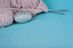 Boule de laine avec des rais pour le tricotage fait main sur la table en bois bleue Pointeaux de tricotage de laines et de tricot Image stock