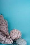 Boule de laine avec des rais pour le tricotage fait main sur la table en bois bleue Pointeaux de tricotage de laines et de tricot Photos libres de droits