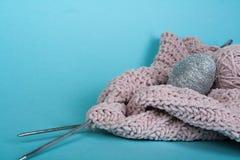 Boule de laine avec des rais pour le tricotage fait main sur la table en bois bleue Pointeaux de tricotage de laines et de tricot Photo libre de droits