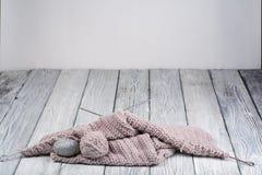 Boule de laine avec des rais pour le tricotage fait main sur la table en bois Pointeaux de tricotage de laines et de tricotage Photos libres de droits