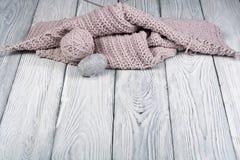 Boule de laine avec des rais pour le tricotage fait main sur la table en bois Pointeaux de tricotage de laines et de tricotage Images libres de droits
