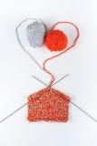 Boule de laine avec des rais pour le tricotage fait main sur la table en bois Pointeaux de tricotage de laines et de tricotage Photographie stock libre de droits