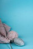 Boule de laine avec des rais pour le tricotage fait main sur la table en bois Pointeaux de tricotage de laines et de tricotage Photos stock