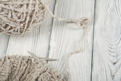 Boule de laine avec des rais pour le tricotage fait main sur la table en bois Pointeaux de tricotage de laines et de tricotage Image stock