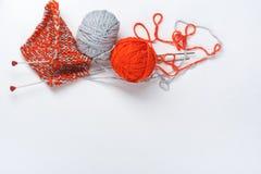 Boule de laine avec des rais pour le tricotage fait main sur la table en bois Pointeaux de tricotage de laines et de tricotage Photo libre de droits