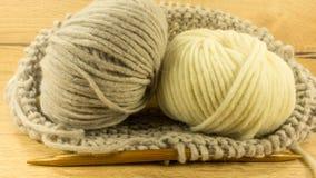 Boule de laine et aiguilles en bois Images stock