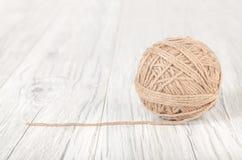 Boule de laine sur un fond en bois blanc Image libre de droits