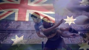 Boule de lancement de joueur de rugby tout en étant abordé vers le bas par le joueur banque de vidéos