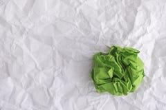 Boule de Livre vert sur le fond de papier chiffonné Image libre de droits