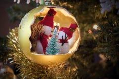 Boule de Noël avec le bonhomme de neige sur l'arbre, décoration d'ornement photo libre de droits