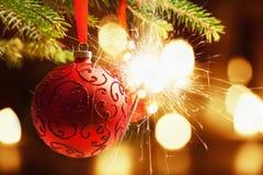 Boule de Noël avec le cierge magique Images stock