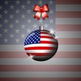 Boule de Noël avec le drapeau des Etats-Unis Photos stock