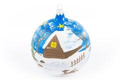 Boule de Noël avec une peinture de main de paysage d'hiver Photographie stock