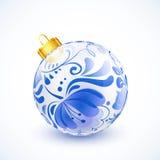 Boule de Noël blanc avec l'ornement floral bleu Image libre de droits