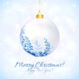 Boule de Noël bleu et blanc avec l'ornement floral Photographie stock