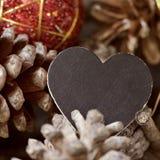 Boule de Noël, cônes de pin et tableau vide Photos libres de droits