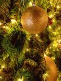 Boule de Noël décorée sur l'arbre de Noël Image stock