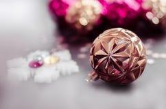 Boule de Noël d'or sur le fond de bokeh des ornements de Noël images libres de droits