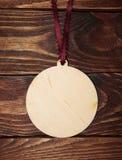 Boule de Noël de placage sur un fond en bois Photographie stock libre de droits